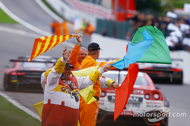 Marshals wave flags di finish