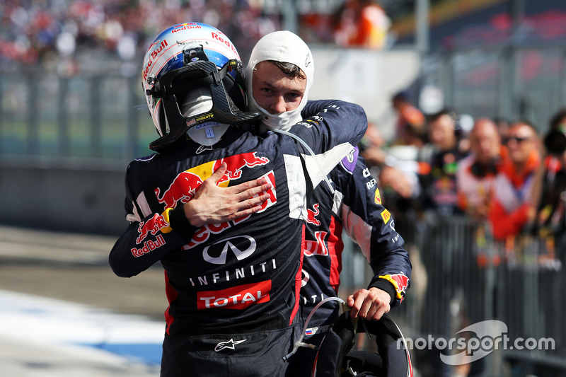 Слева направо: Даниэль Риккардо, Red Bull Racing, и Даниил Квят, Red Bull Racing