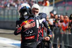 (Kiri ke Kanan): Daniel Ricciardo, Red Bull Racing dan Daniil Kvyat, Red Bull Racing merayakan di parc ferme