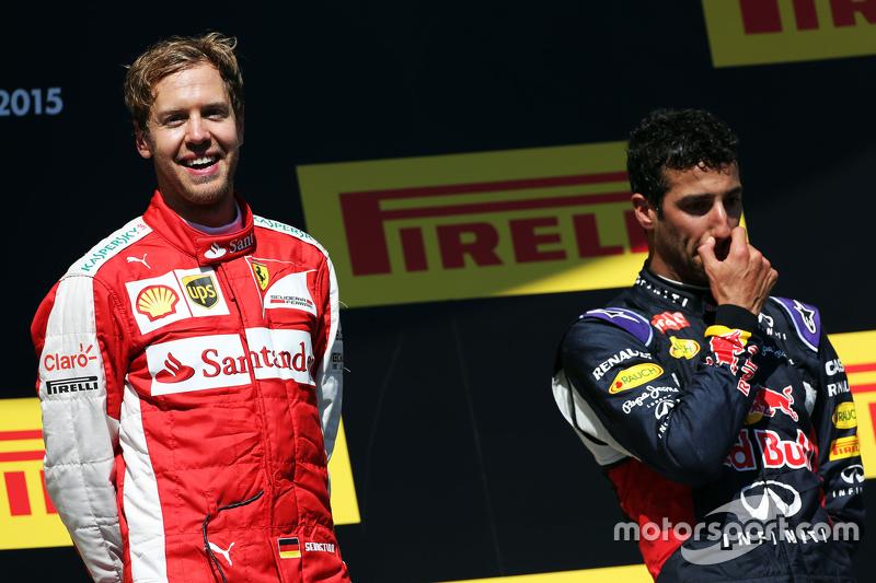 Juara balapan Sebastian Vettel, Ferrari merayakan di podium bersama Daniel Ricciardo, Red Bull Racin