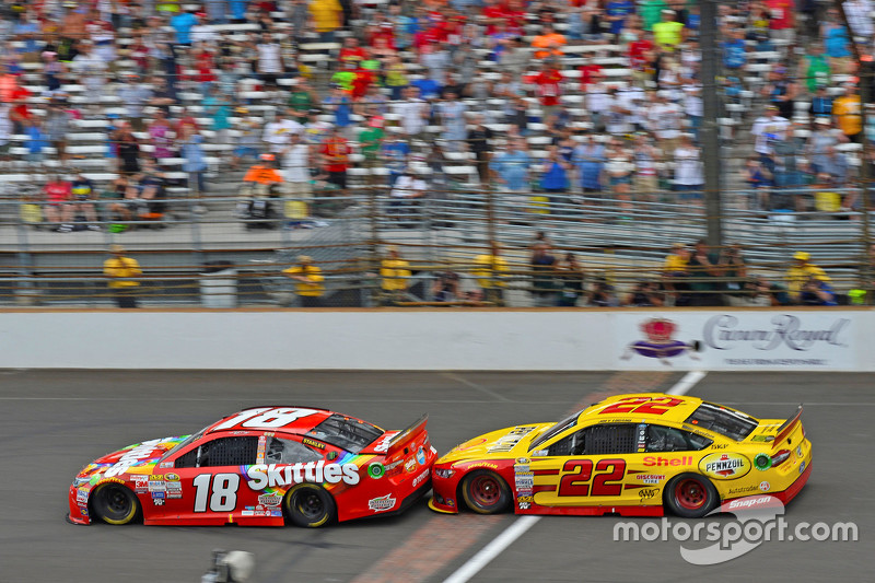 Kyle Busch, Joe Gibbs Racing Toyota, dan Joey Logano, Team Penske Ford