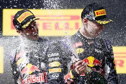 Даниил Квят, Red Bull Racing, второе место, и Даниэль Риккардо, Red Bull Racing, третье место