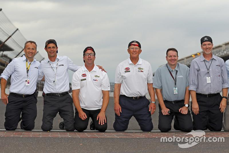Chris Helein, Dave Alpern, J.D. Gibbs, Джо Гіббс, Todd Meredith, Byron Goggin, Joe Gibbs Racing святкування at the yard of bricks