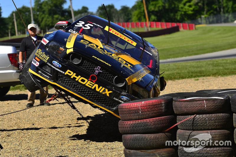 Marshall bekerja setelah kecelakaan hebat yang dialami #35 Phoenix American Motorsports Ford Mustang