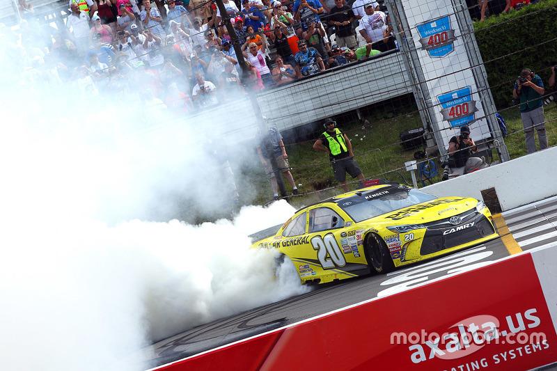 Juara balapan Matt Kenseth, Joe Gibbs Racing merayakans