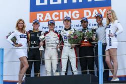 La segunda carrera ganadores: Louis Deletraz, Josef Kaufmann Racing, el segundo lugar Callan O'Keeff