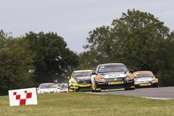 Colin Turkington memimpin balapan, Team BMR