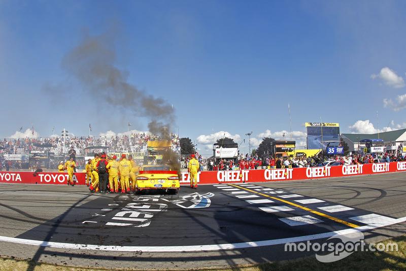 Juara balapan: Joey Logano, Team Penske Ford