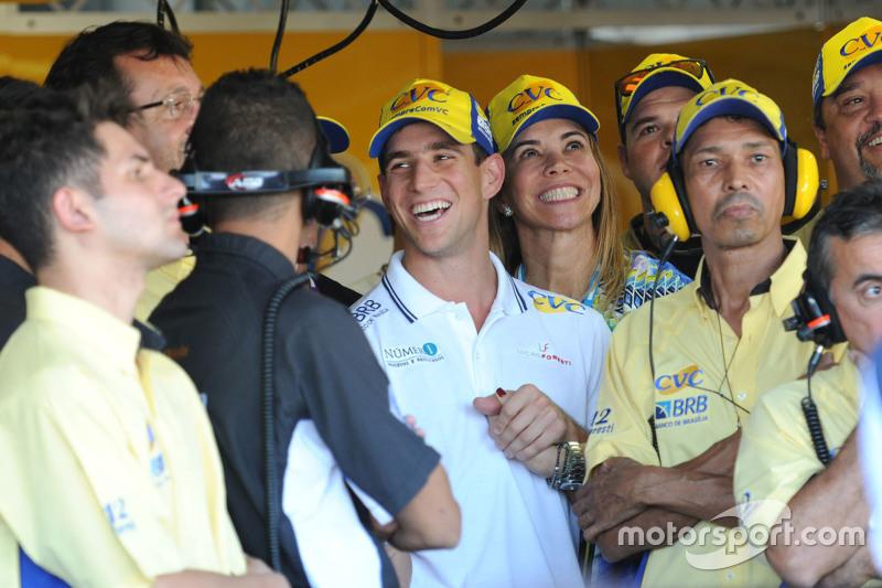 Lucas Foresti e equipe na espera pelo fim do treino