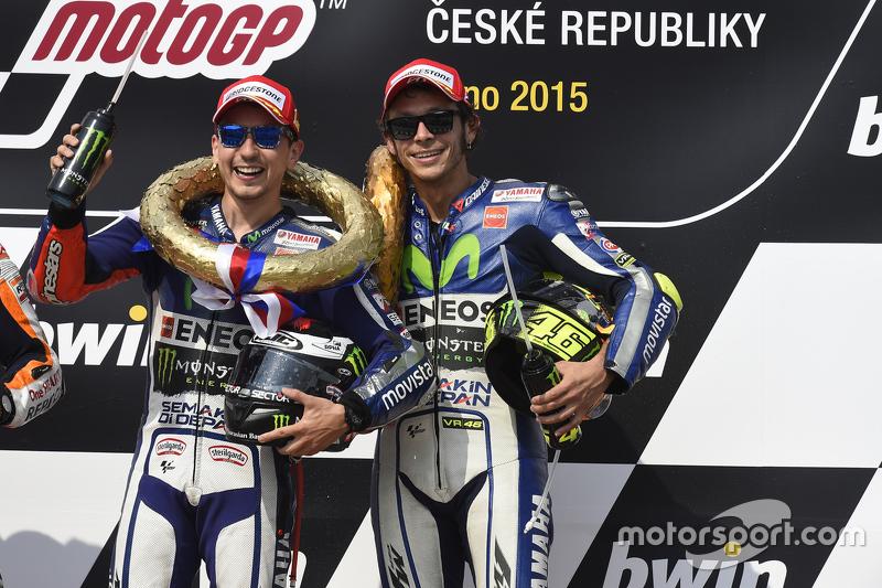 Победитель - Хорхе Лоренсо, Yamaha Factory Racing и третье место - Валентино Росси, Yamaha Factory Racing