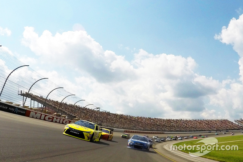 Matt Kenseth, Joe Gibbs Racing Toyota, dan Jimmie Johnson, Hendrick Motorsports Chevrolet during cau