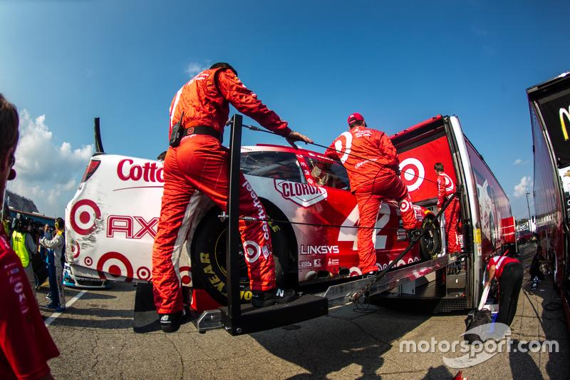 Mobil Kyle Larson, Chip Ganassi Racing Chevrolet is loaded into hauler