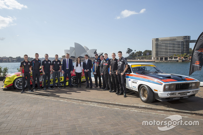 NSW Premier Mike Baird з пілотами of V8 Supercars