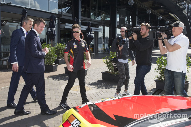 Tim Slade, James Warburton, V8 Supercars CEO dan NSW Premier Mike Baird