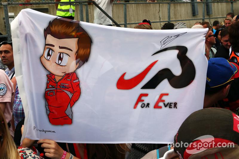 Sebuah berdera penghormatan untuk Jules Bianchi dari fans