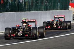 Pastor Maldonado, Lotus F1 E23 y Jolyon Palmer, Lotus F1 E23 piloto de pruebas y de reserva deja los pits