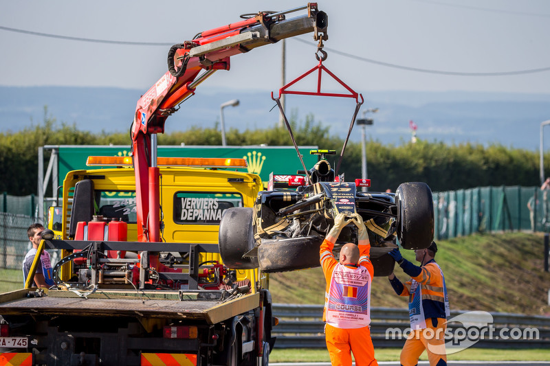 damaged Lotus F1 E23 of Pastor Maldonado, Lotus F1 Team after he crashed di first practice session
