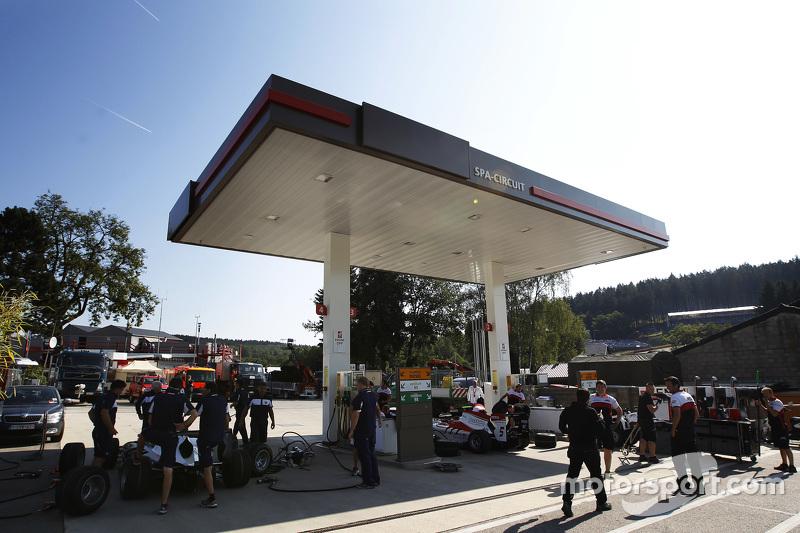 Tim Trident dan ART Grand Prix latihan pit stop di halaman depan pom bensin