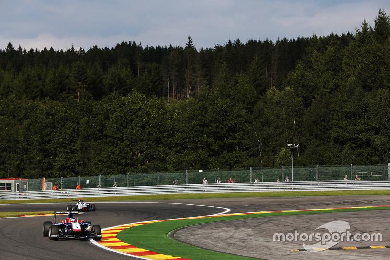 Antonio Fuoco, Carlin memimpin di depan Matthew Parry, Koiranen GP
