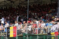Belgische vlag in de tribunes van fans voor Stoffel Vandoorne