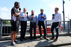 Ted Kravitz, Sky Sports Pitlane Reporter met Martin Brundle, Sky Sports Commentator; Johnny Herbert, Sky Sports F1 Presentator; Damon Hill, Sky Sports Presentator; en Simon Lazenby, Sky Sports F1 TV Presentator