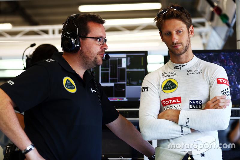 (Kiri ke Kanan): Julien Simon-Chautemps, Lotus F1 Team Race Engineer dengan Romain Grosjean, Lotus F1 Team