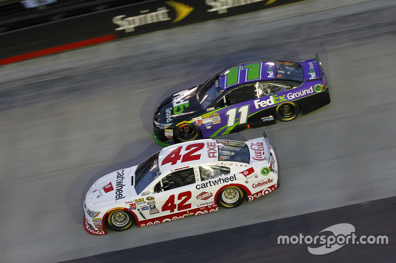 Kyle Larson, Chip Ganassi Racing Chevrolet, dan Denny Hamlin, Joe Gibbs Racing Toyota