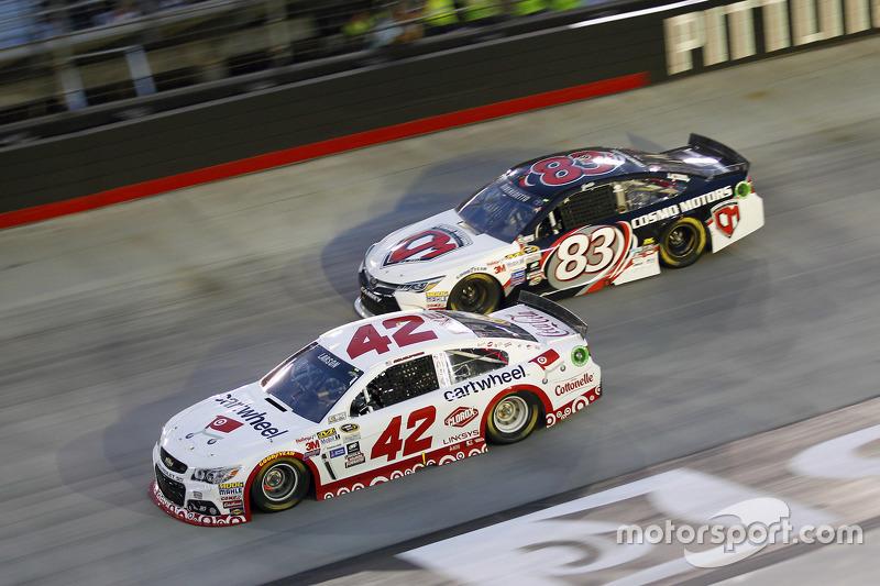Kyle Larson, Chip Ganassi Racing Chevrolet, dan Matt DiBenedetto, BK Racing Toyota