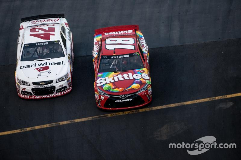 Kyle Larson, Chip Ganassi Racing Chevrolet, dan Kyle Busch, Joe Gibbs Racing Toyota