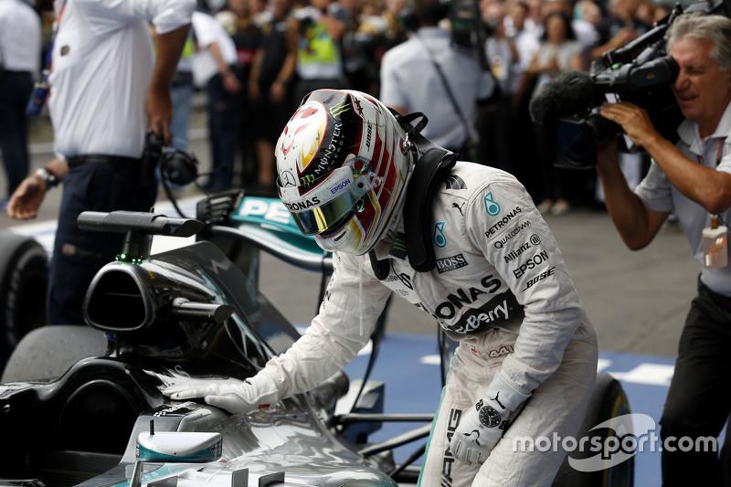 Juara balapan Lewis Hamilton, Mercedes AMG F1 merayakans di parc ferme
