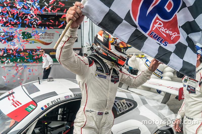 Juara balapan #911 Porsche North America Porsche 911 RSR: Nick Tandy
