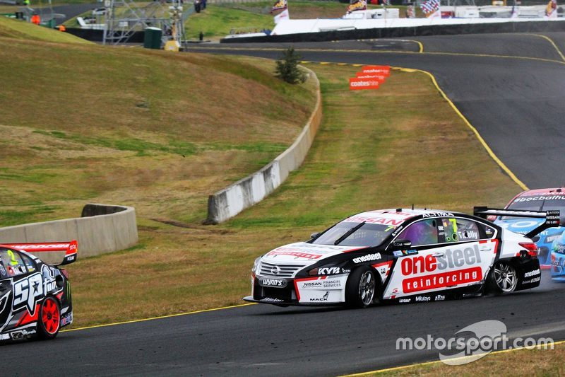 Todd Kelly, Nissan Motorsport dan David Wall, Garry Rogers Motorsports Volvo kecelakaan