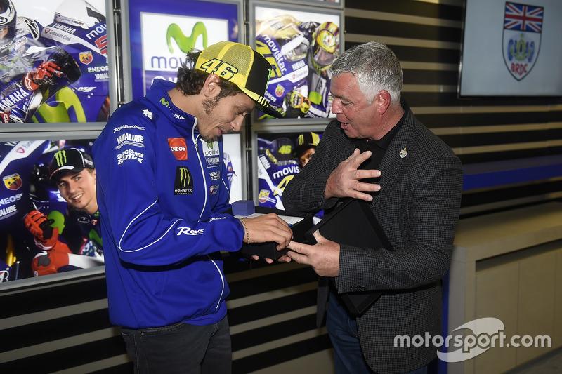 Valentino Rossi, Yamaha Factory Racing menerima penghargaan keanggotaan BRDC dari presiden Derek Warwick