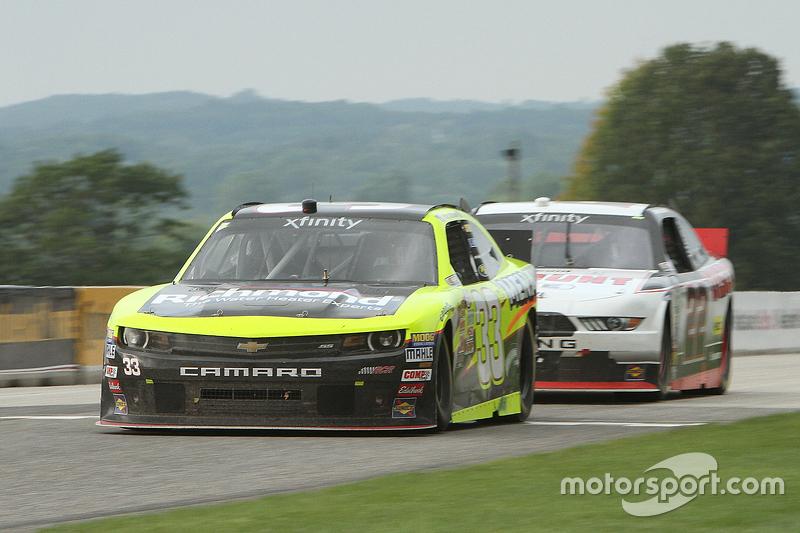Paul Menard, Richard Childress Racing Chevrolet memimpin Ryan Blaney, Team Penske Ford