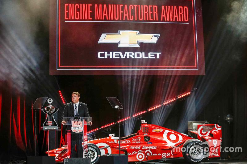 Chevrolet U.S. Vice Президент Performance Vehicles та Motorsports Jim Campbell receives the Verizon IndyCar Series Manufacturer's Award