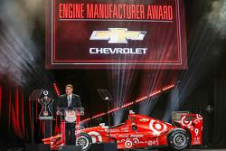 Вице-президент Chevrolet U.S. по доработке автомобилей и автоспорту Джим Кэмпбелл получает приз Кубка Конструкторов серии IndyCar