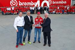 Sebastian Vettel en Maurizio Arrivabene, Ferrari teambaas in de Brembo fabriek
