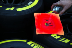 Mecánico de McLaren con los neumáticos Pirelli
