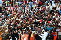 Fernando Alonso, McLaren, schreibt Autogramme für die Fans