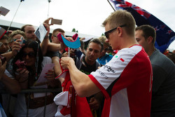 Kimi Raikkonen, Ferrari firma autógrafos para los aficionados
