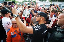 Lewis Hamilton, de Mercedes AMG F1 con el nuevo color de pelo rubio