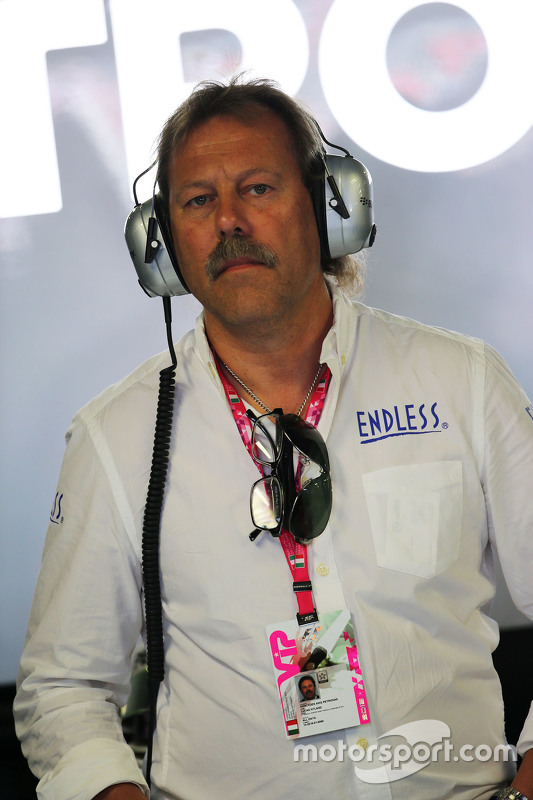 Lucas Nylund, Endless Brake Technology Europe Manager in de Mercedes AMG F1 pit garage