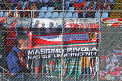 Ferrari фанати з a banner для Массімо Рівола, Ferrari Спортивний директор