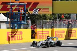 Победитель гонки - Льюис Хэмилтон, Mercedes AMG F1 W06 пересекает финишную черту в конце гонки