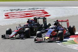Max Verstappen, Scuderia Toro Rosso STR10 et Jenson Button, McLaren MP4-30 en lutte pour une position