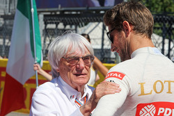 Bernie Ecclestone y Romain Grosjean, Lotus F1 Team en la parrilla