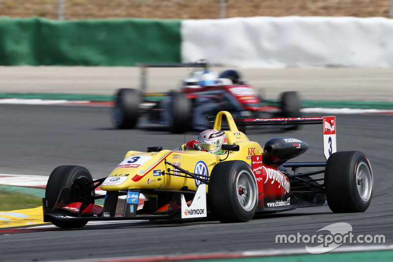 Antonio Giovinazzi, Jagonya Ayam with Carlin Dallara Volkswagen; Nick Cassidy, Prema Powerteam Dallara Mercedes-Benz