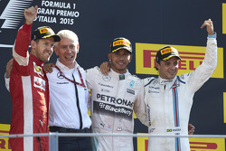 Podium: el ganador, Lewis Hamilton, Mercedes AMG F1, segundo lugar, Sebastian Vettel, Ferrari, terce