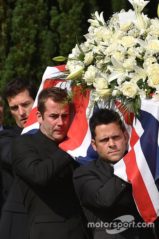Mark Webber ayuda a transportar el ataúd de Justin Wilson durante el funeral