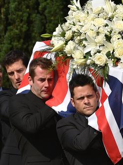 Mark Webber trägt den Sarg von Justin Wilson während der Beerdigung